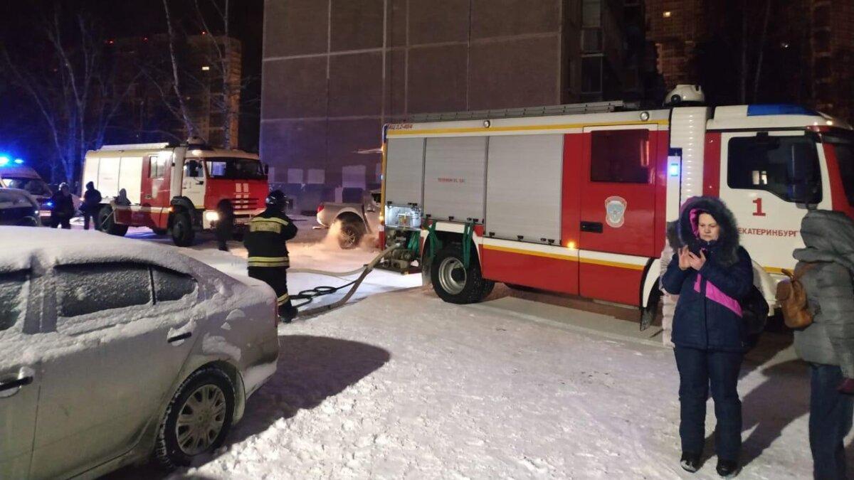 пожар Екатеринбург пожарные машины зима ночь