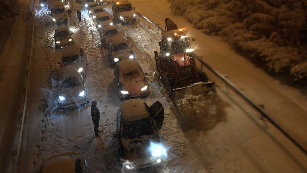 Застрявшие из-за снегопада автомобили на автомагистрали в Испании, 8 января 2021 года