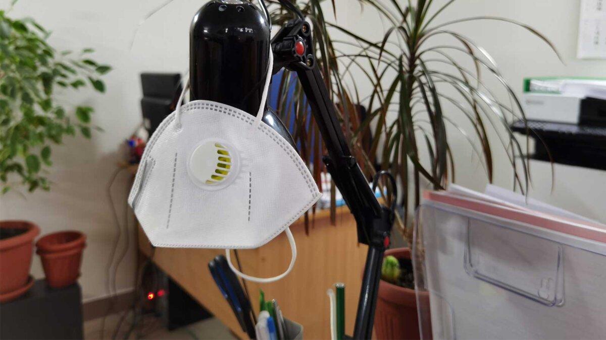 маска с клапаном висит на лампе mask with flap