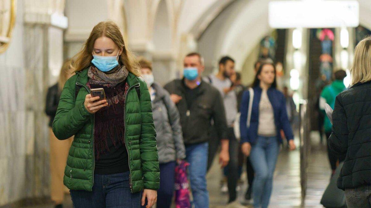 метро девушка с телефоном люди в масках и без масок
