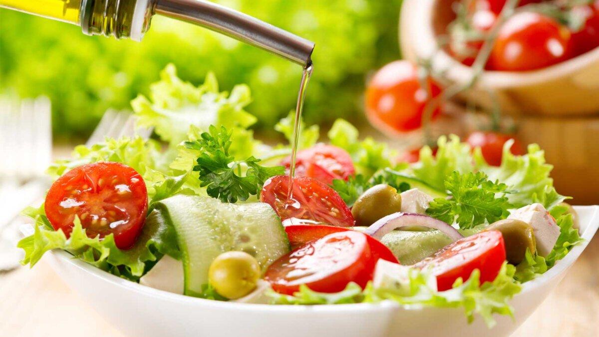 оливковое масло, вливание в миску салата