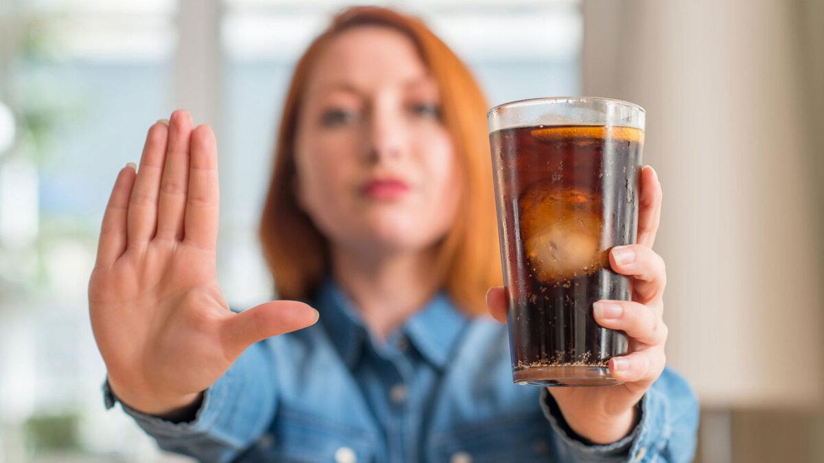 женщина отказ от питья газированных напитков