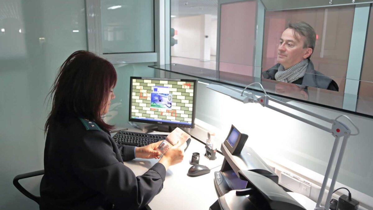 паспортный контроль женщина проверяет документы A female border guard checks documents