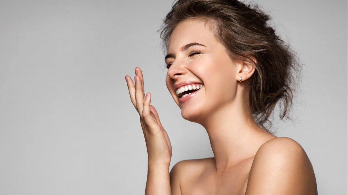 Девушка женщина красивая смеётся