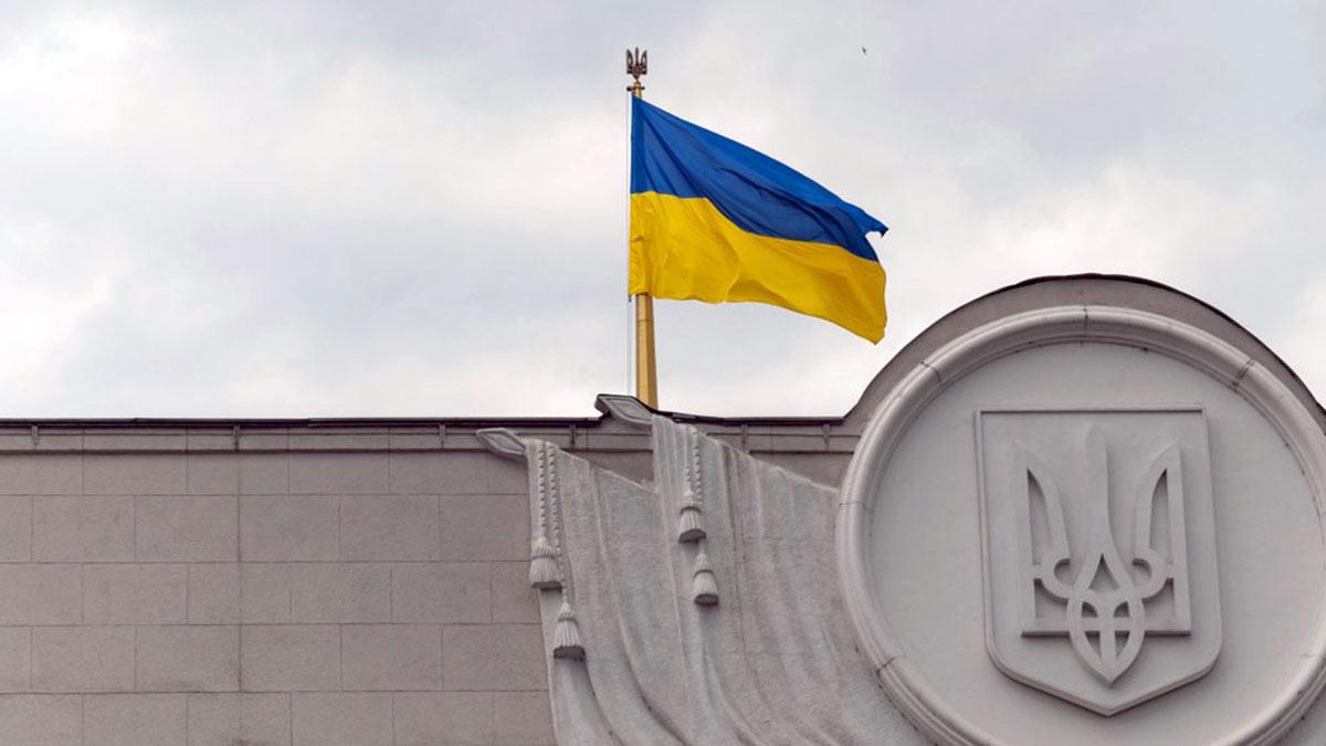 украинский флаг над зданием верховной рады украины