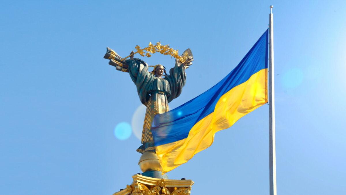 Монумент Независимости Украины Киев флаг