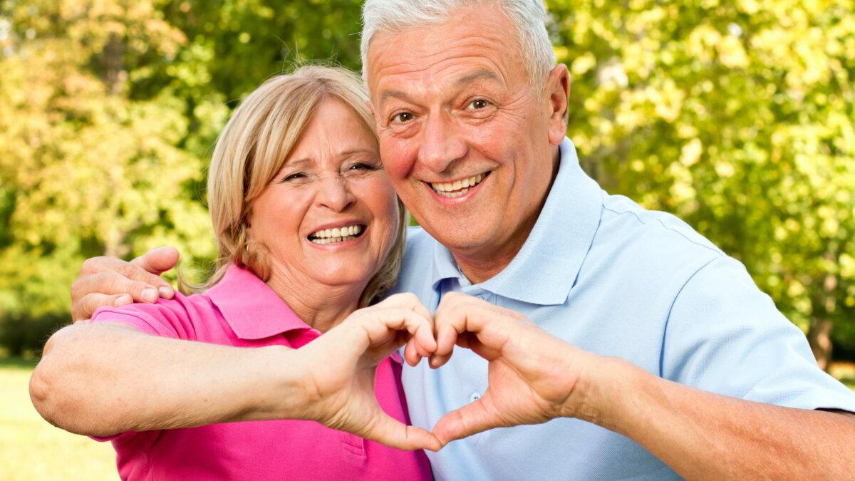 Пожилые люди пара долголетие здоровое сердце