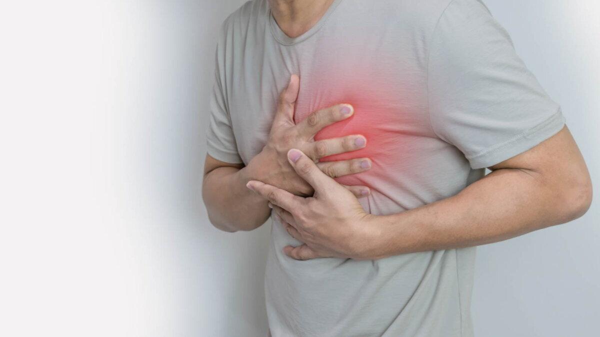 Сердечный приступ Инфаркт боль в груди мужчина три