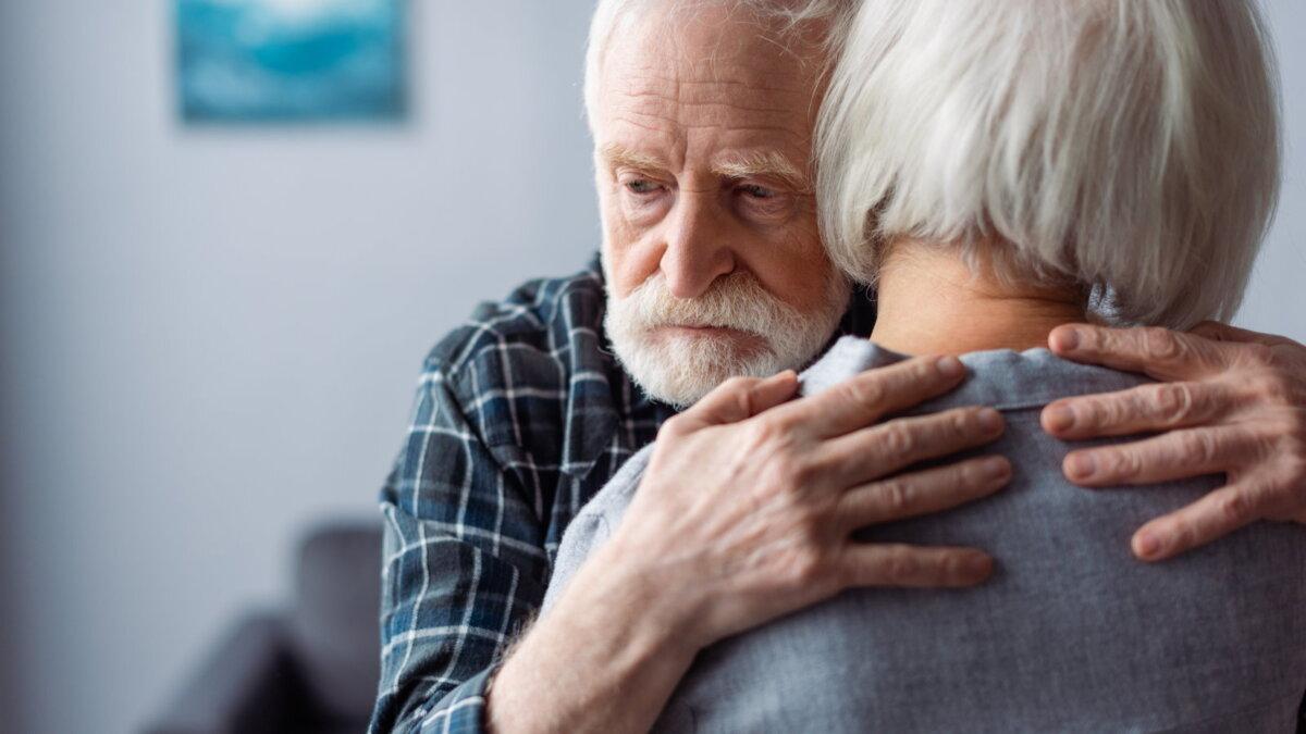 Деменция болезнь Альцгеймера потеря памяти безразличие апатия пожилая пара тоска диагноз