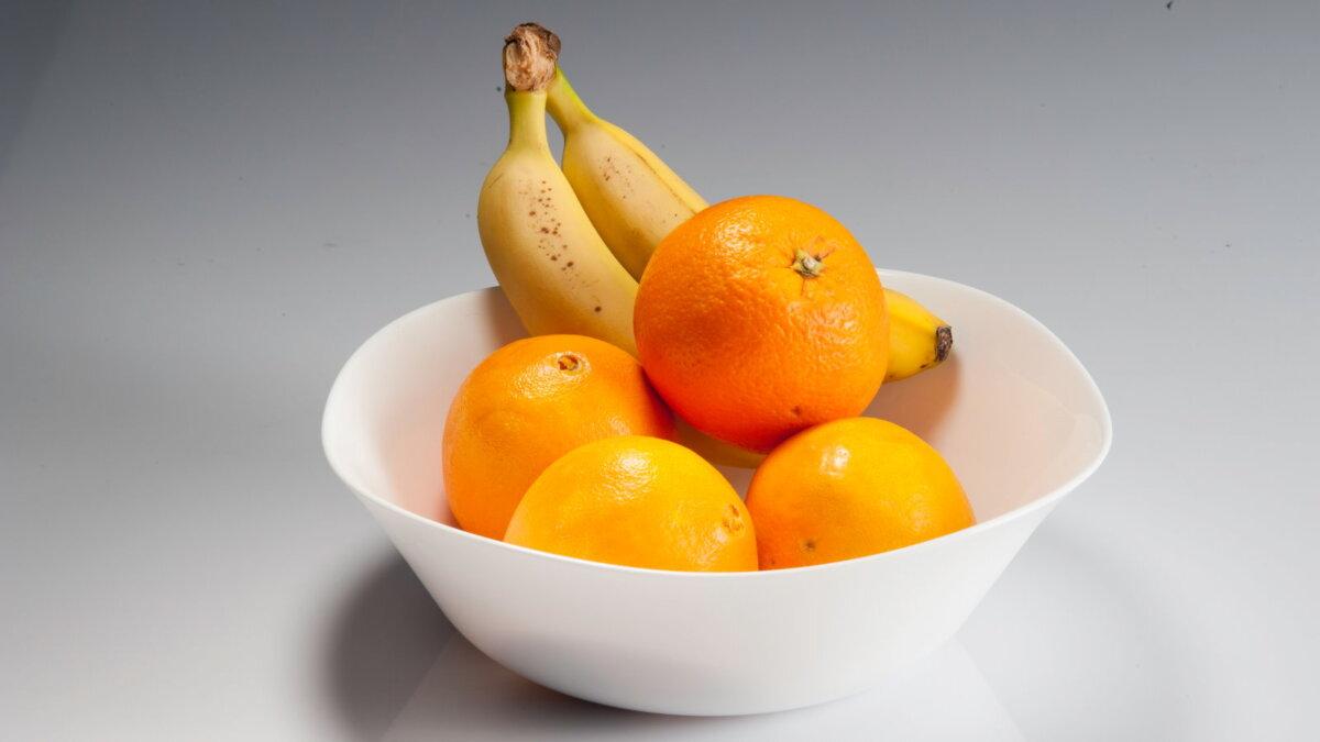 Апельсины бананы в миске