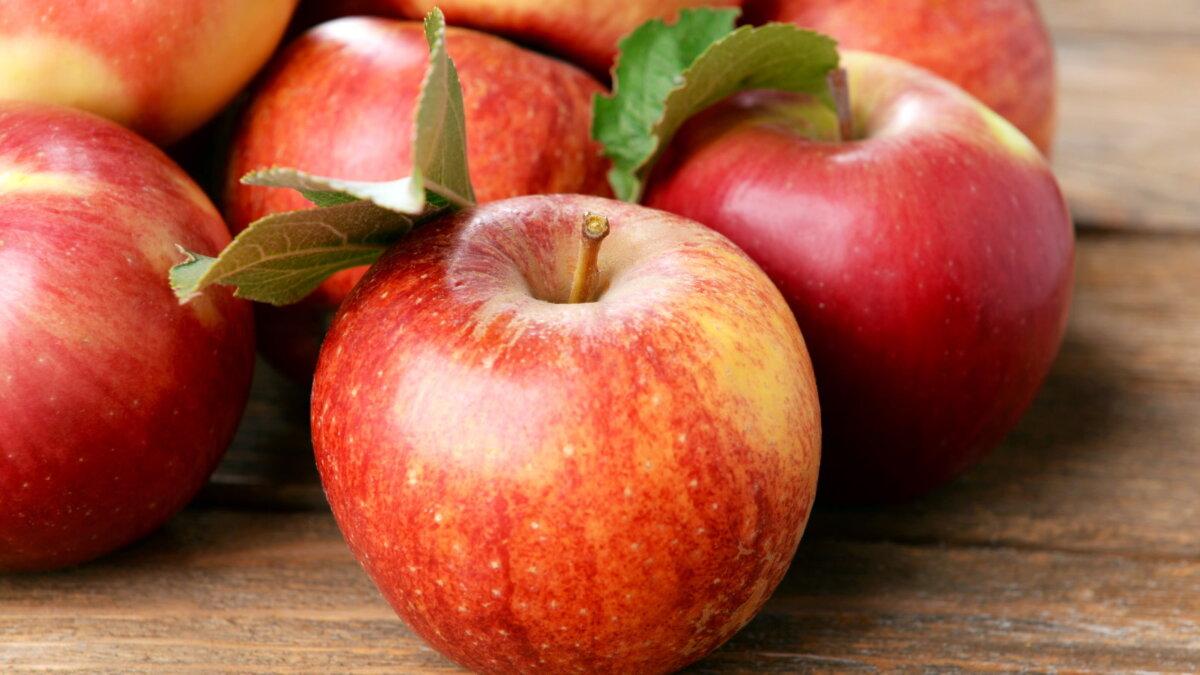 Красные яблоки на столе два