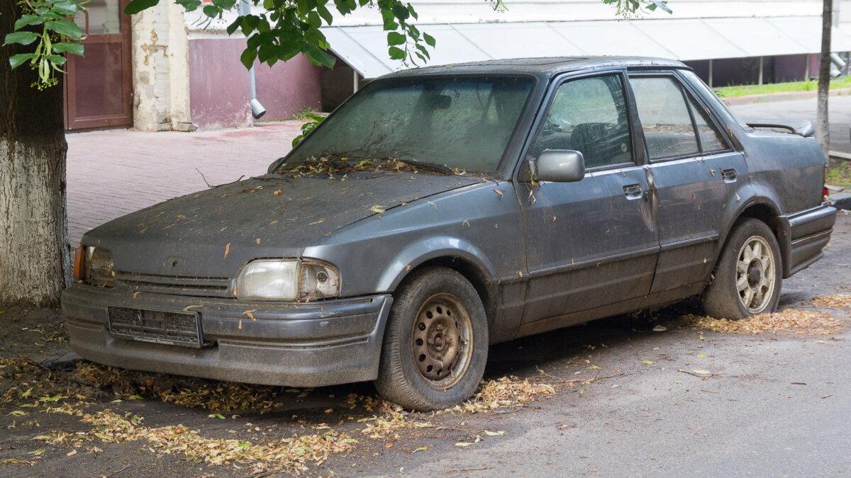 Старый заброшенный автомобиль машина утилизационный сбор