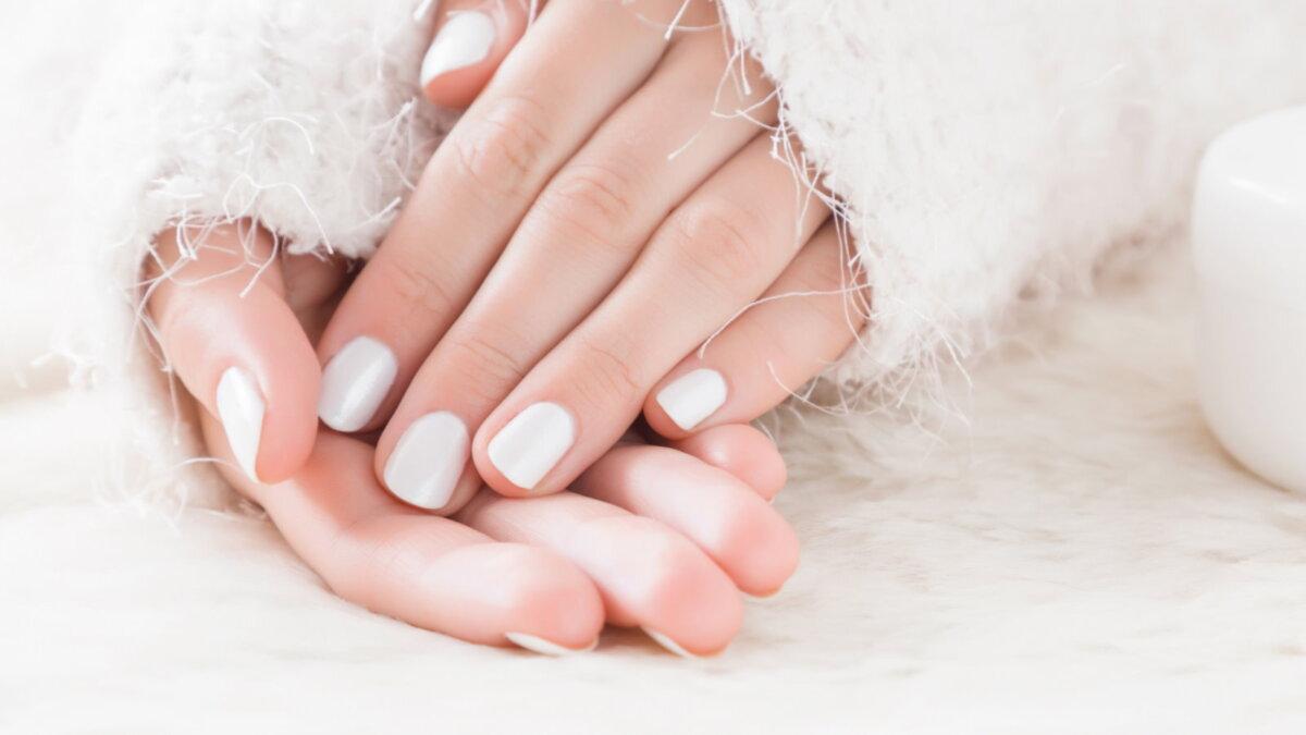 Девушка зима уход за кожей рук