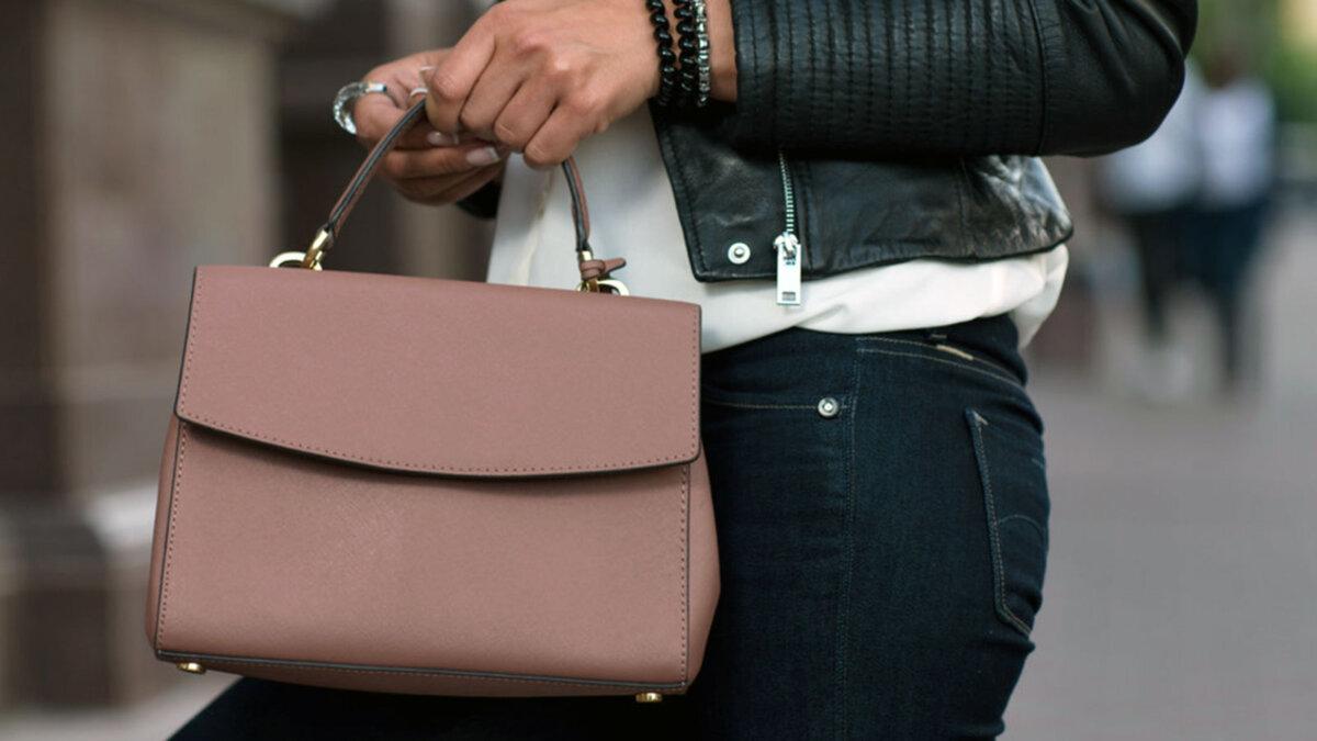 женщина с сумкой из кожи
