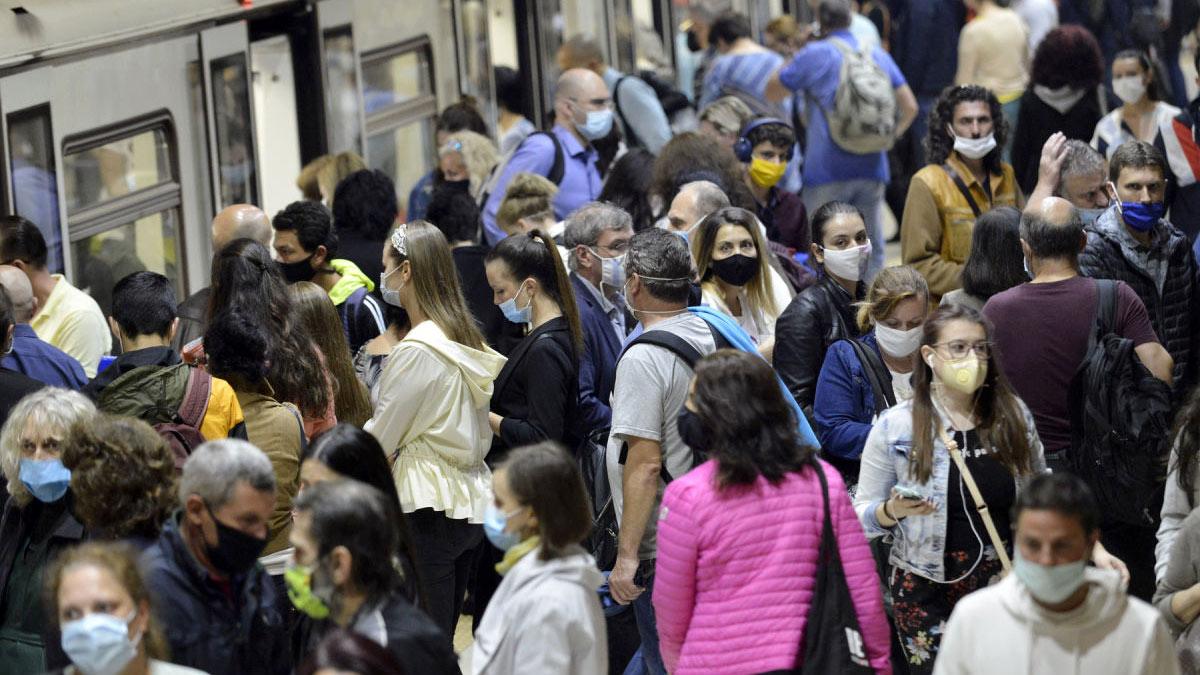 толпы людей в метро пандемия коронавирус маски
