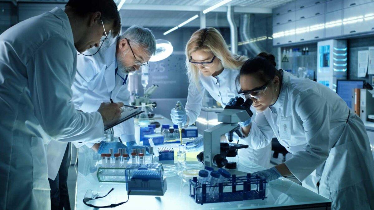 ученые записи коллектив медицинских исследователей, работающих над экспериментальным лекарственным препаратом нового поколения
