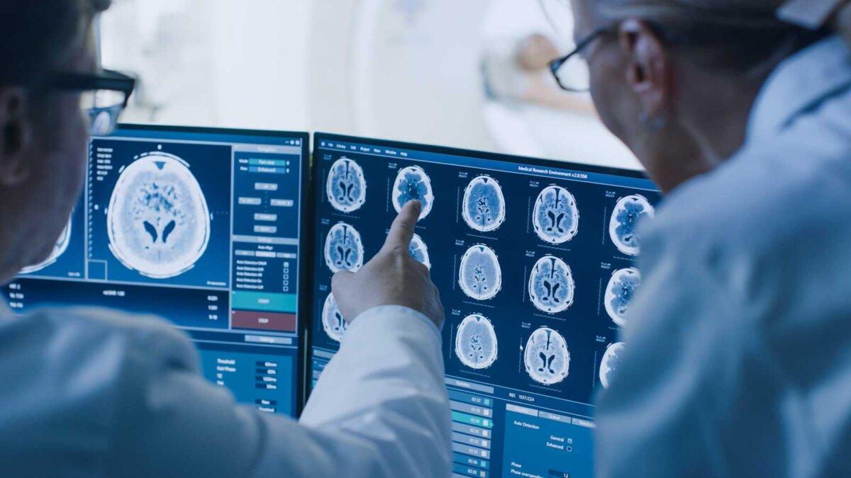 врач и радиолог обсуждают диагностику во время просмотра процедуры и мониторов
