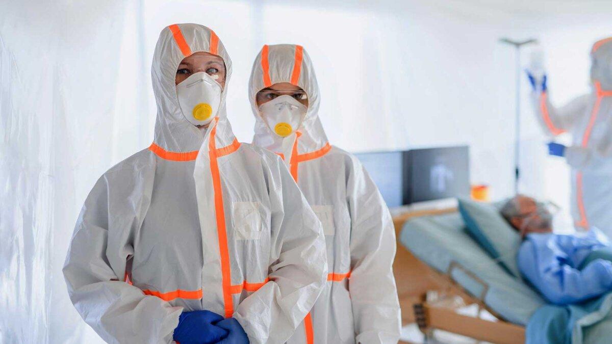 врачи и больной коронавирус госпиталь кровать Doctors and infected patient in quarantine lying in bed in hospital