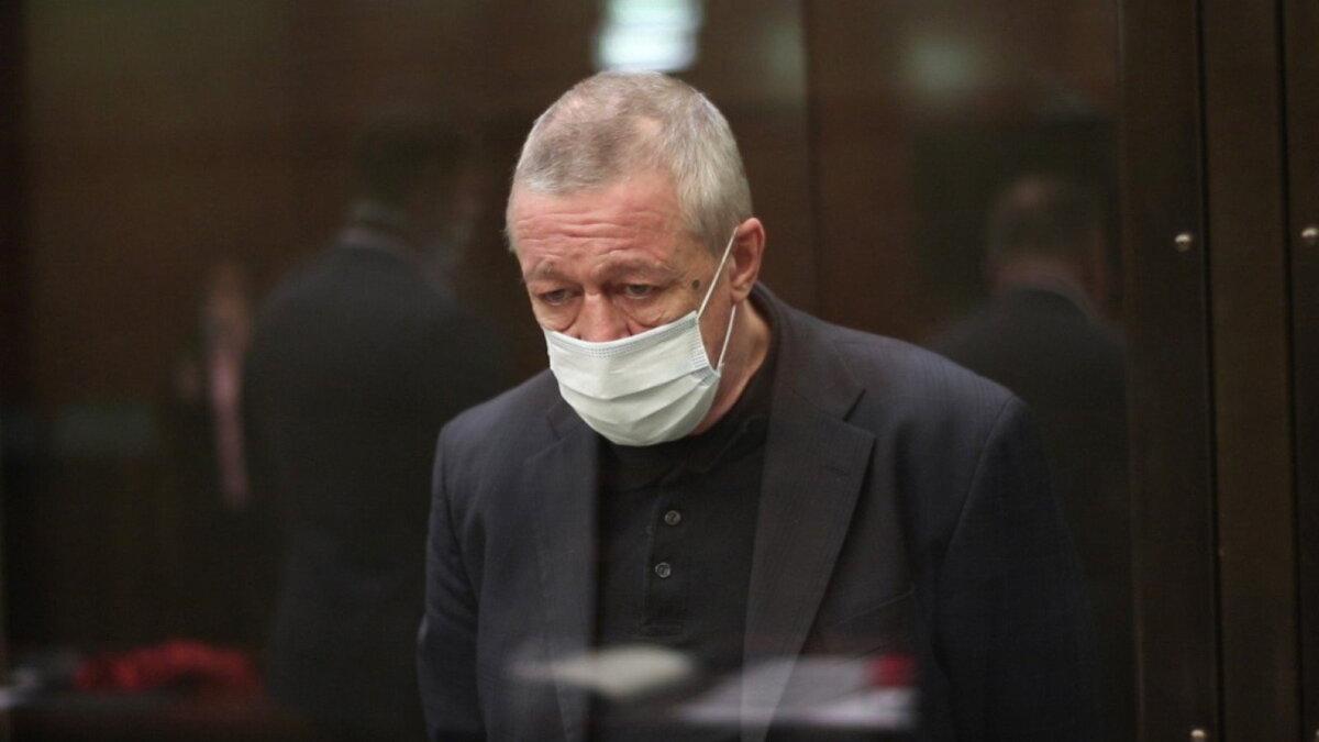 Актёр Михаил Ефремов в маске четыре