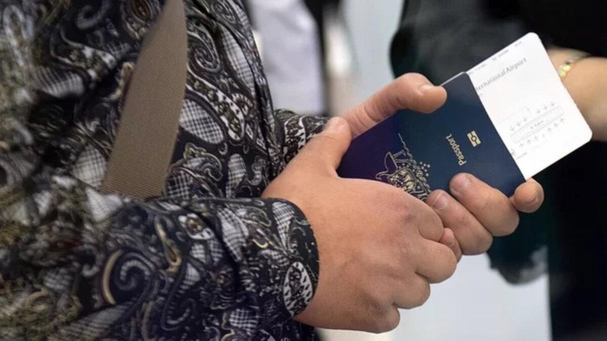 заграничный паспорт в руке билет на самолёт