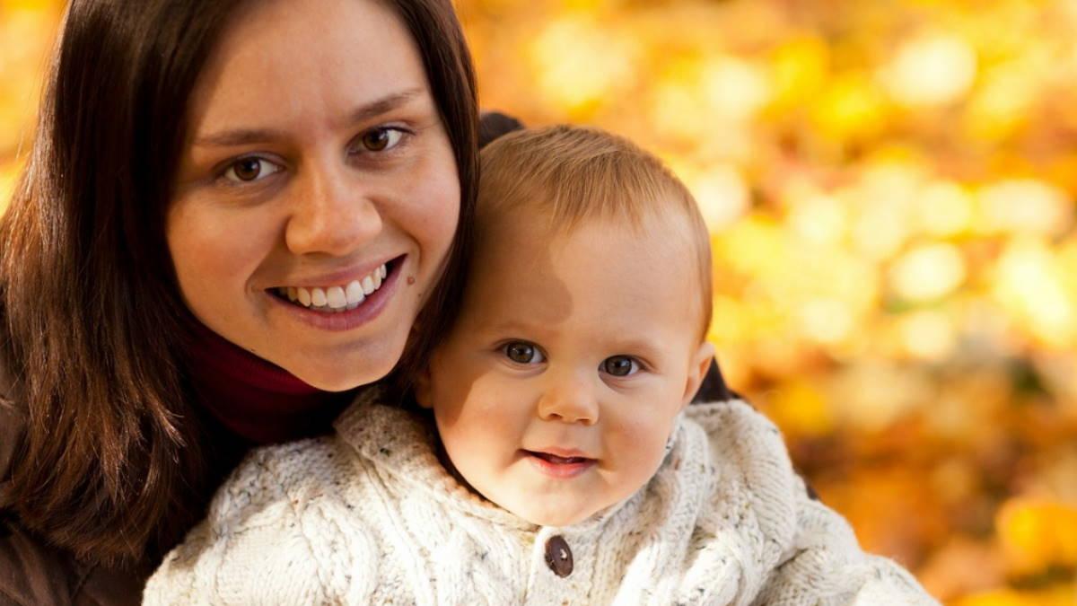 Мать с ребёнком осень