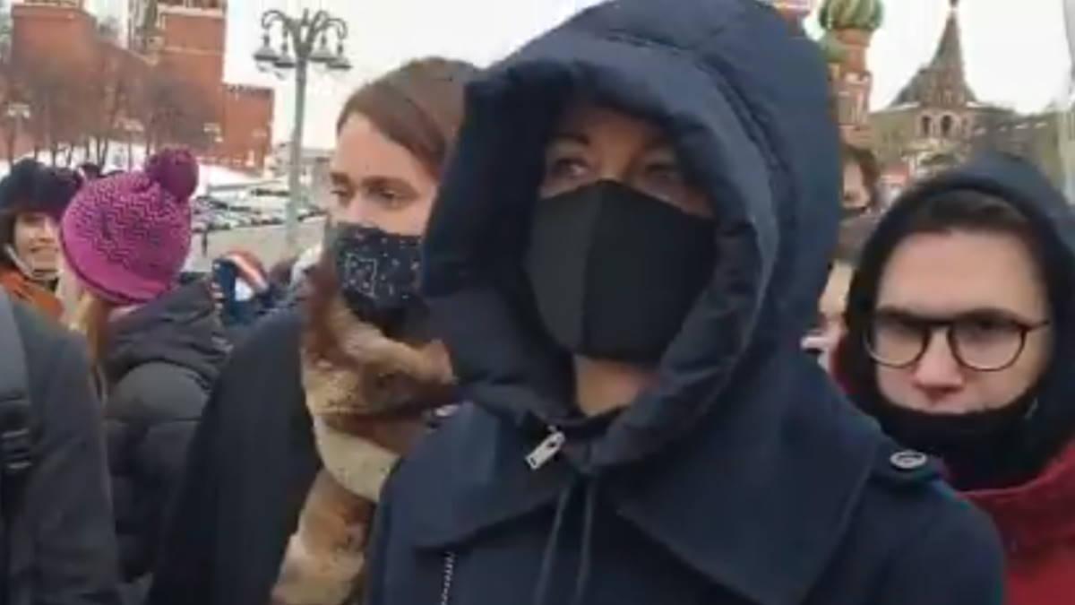 Юлия Навальная возложила цветы к месту убийства Немцова