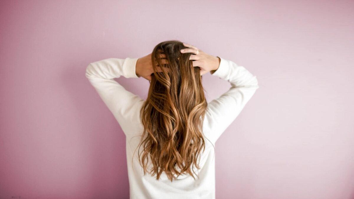женщина с длинными волосами один