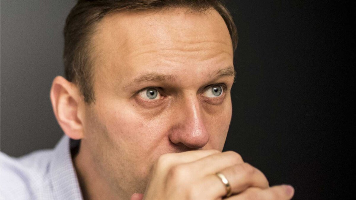 Алексей Навальный смотрит
