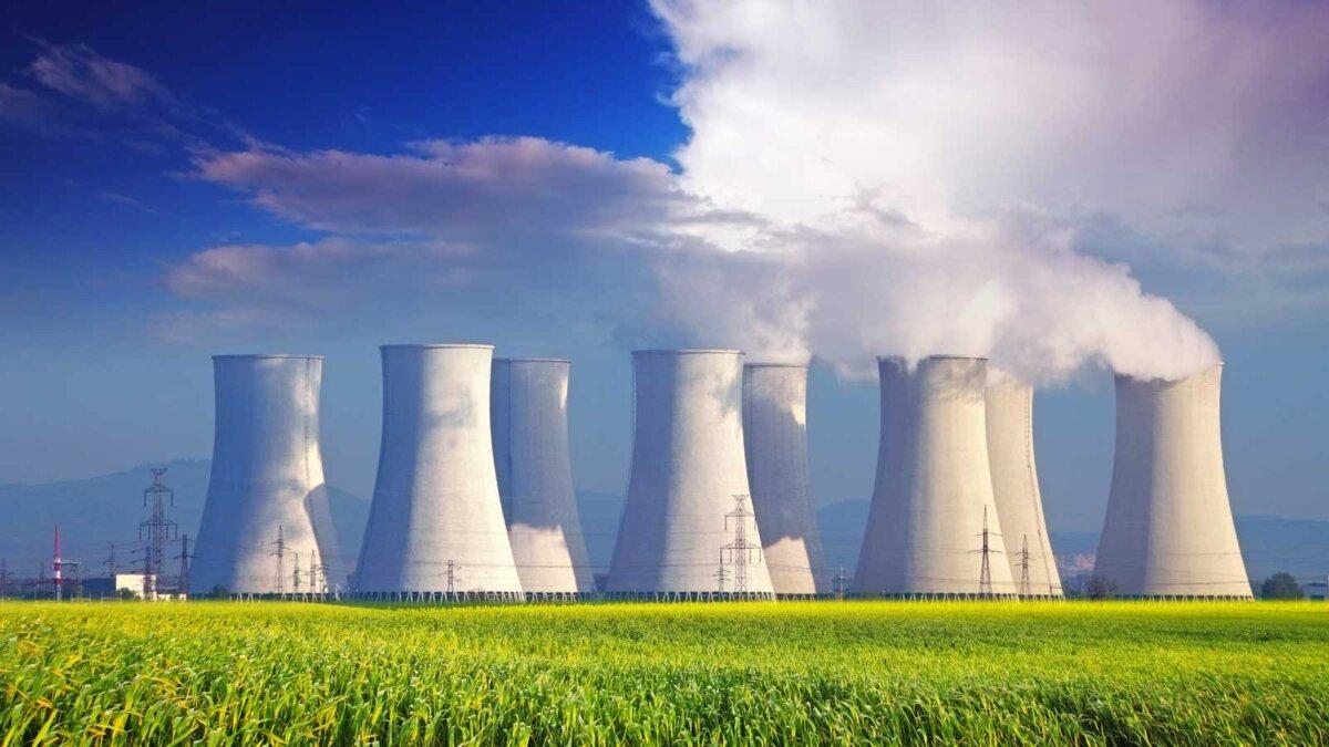 Атомная электростанция с желтым полем и большими синими облаками