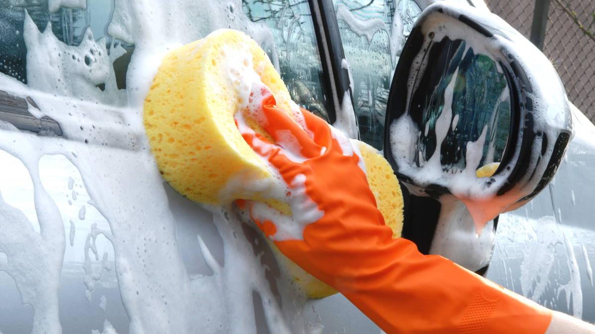 Мыть автомобиль губка