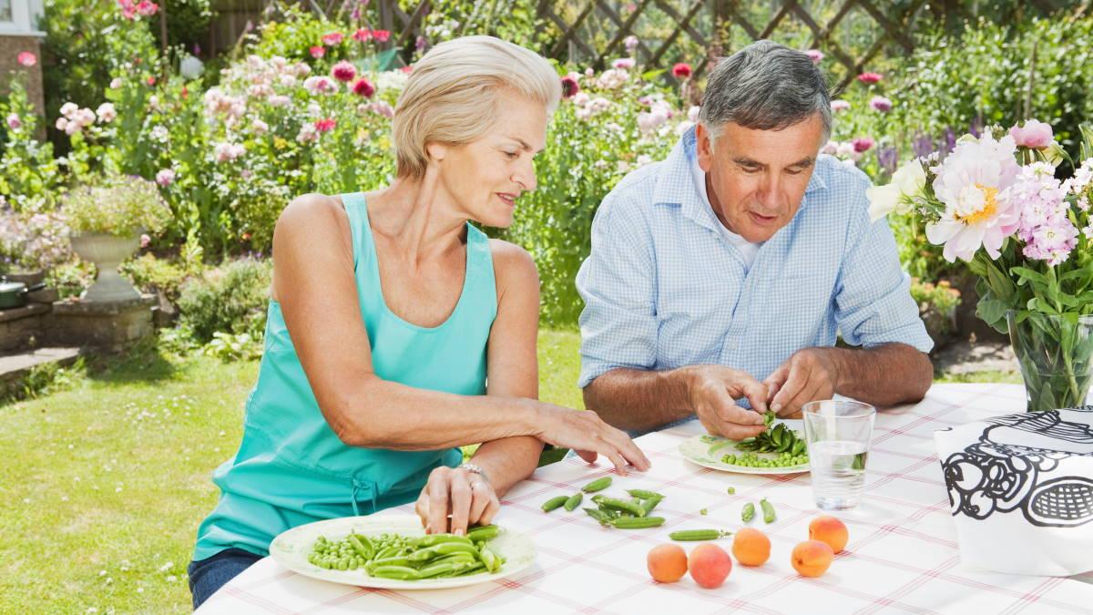 Долголетие пожилая пара в саду горох персики полезная еда