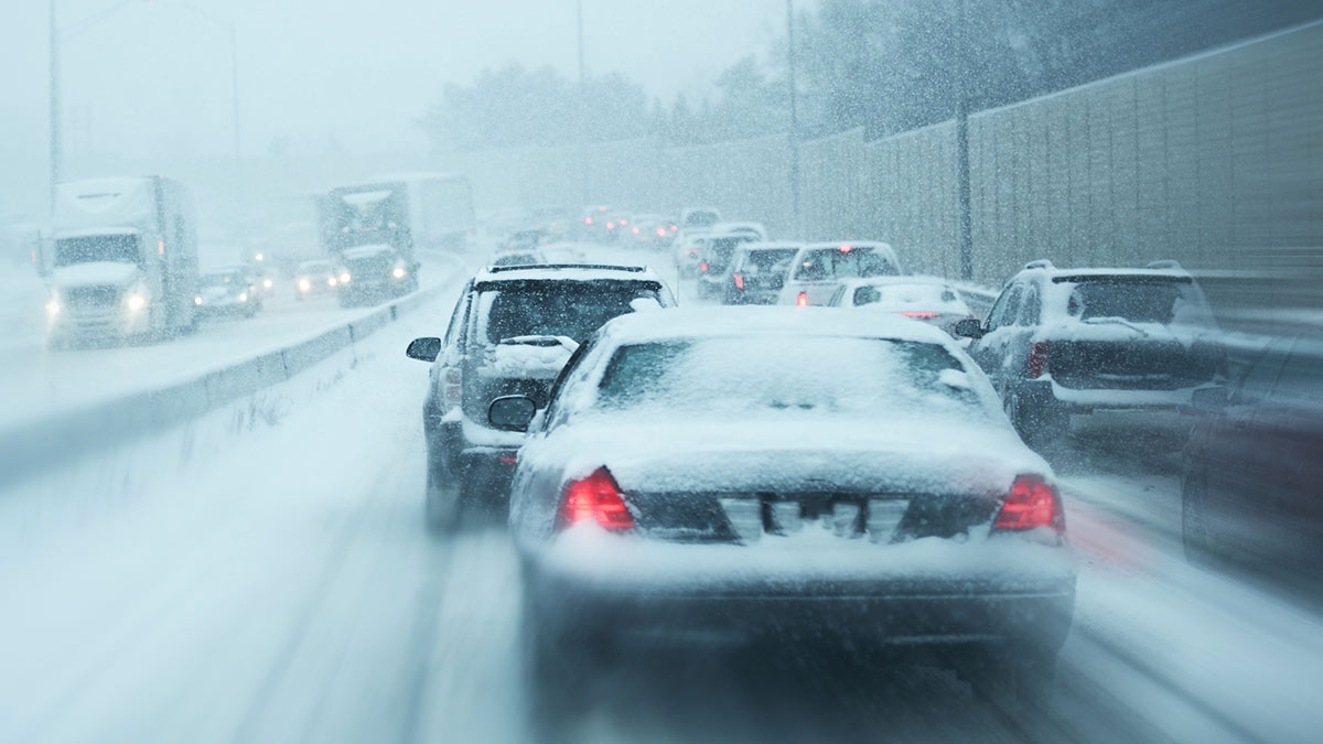 зима США снег трасса автомобили хайвей коллапс