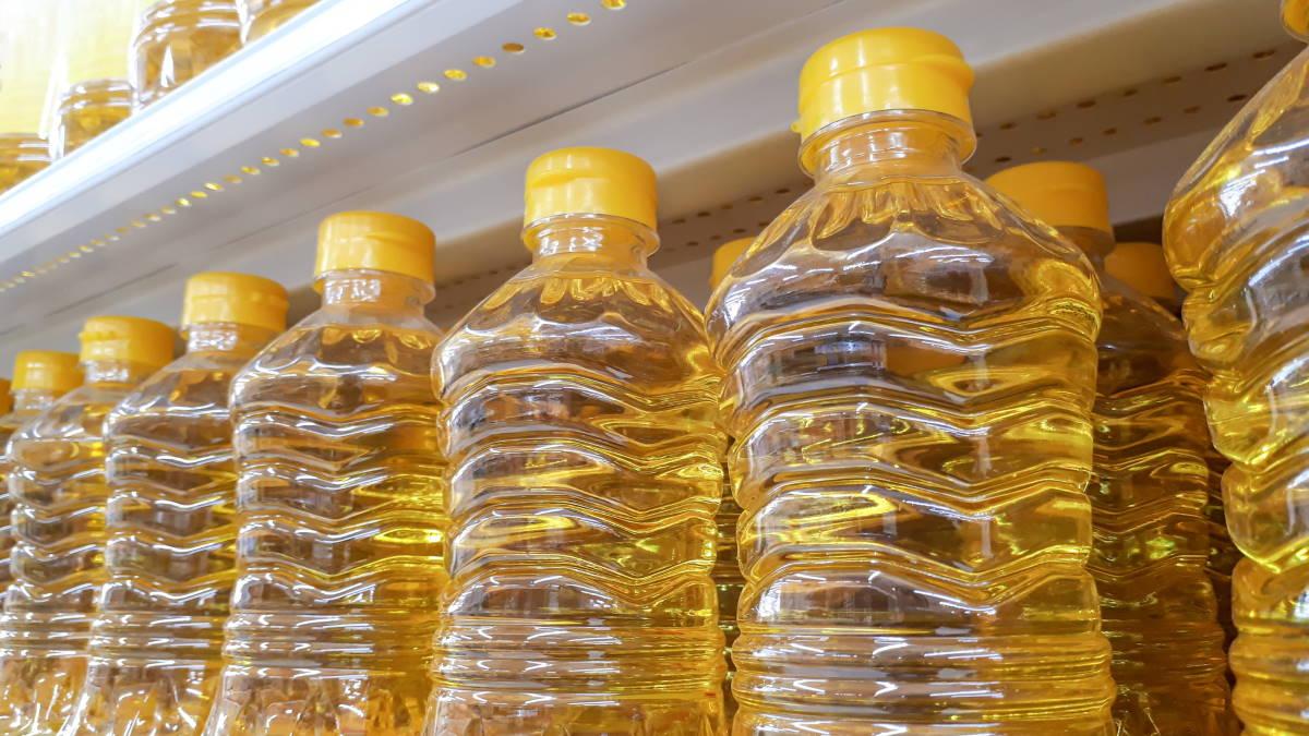 Подсолнечное масло на полках магазина супермаркета