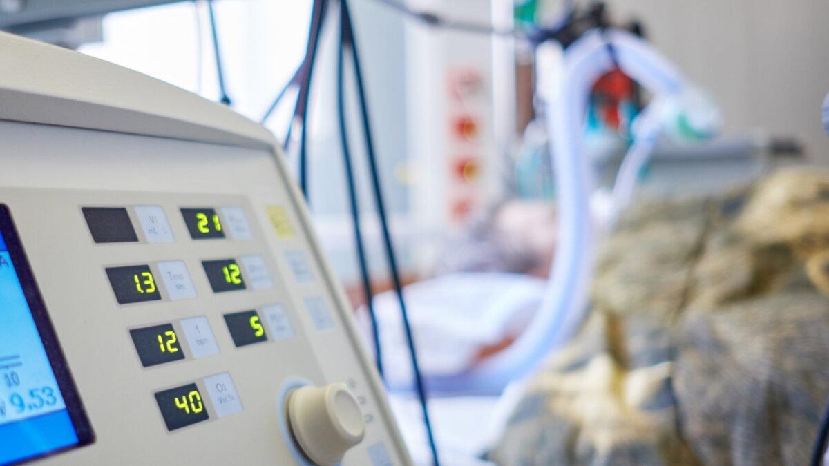 Аппарат ИВЛ пациент реанимация интенсивная терапия больница палата коронавирус