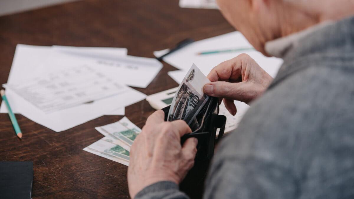 Пенсионер считает деньги пенсия