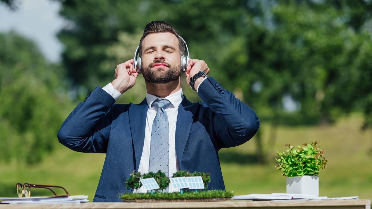 Мужчина бизнесмен слушает расслабляющую музыку