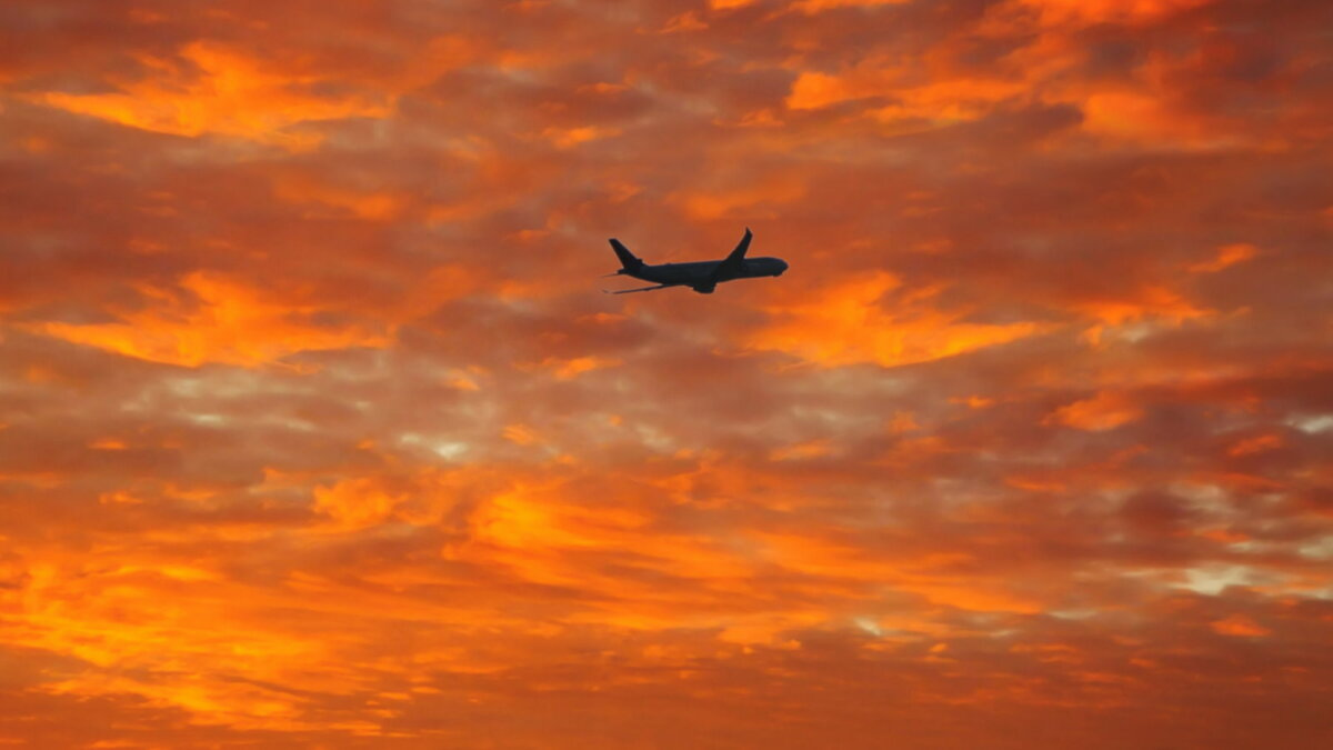 Силуэт пассажирского самолёта в небе восемь
