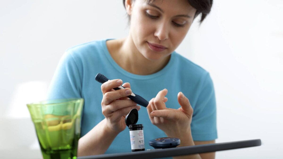 Диабет глюкометр девушка два