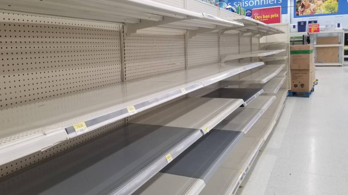 Пустые полки в супермаркете магазине дефицит товаров