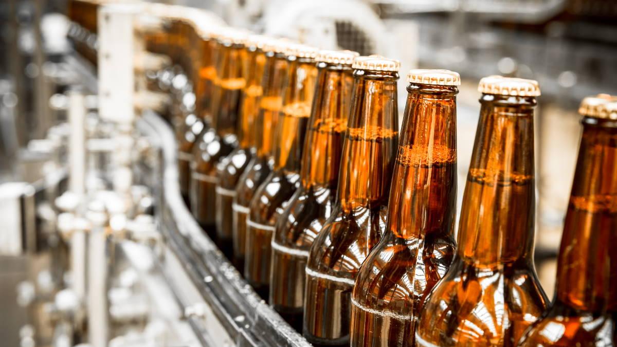Алкоголь пиво пивные бутылки производство пива конвейер