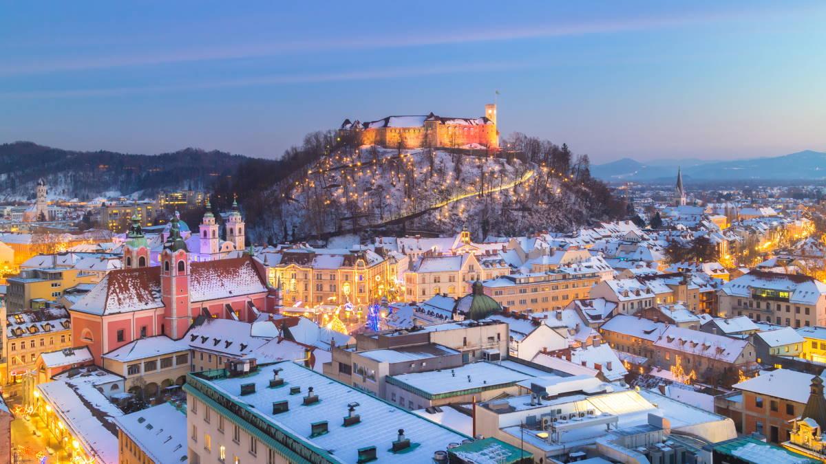 Вид на Люблянский замок Словения Любляна зима туризм