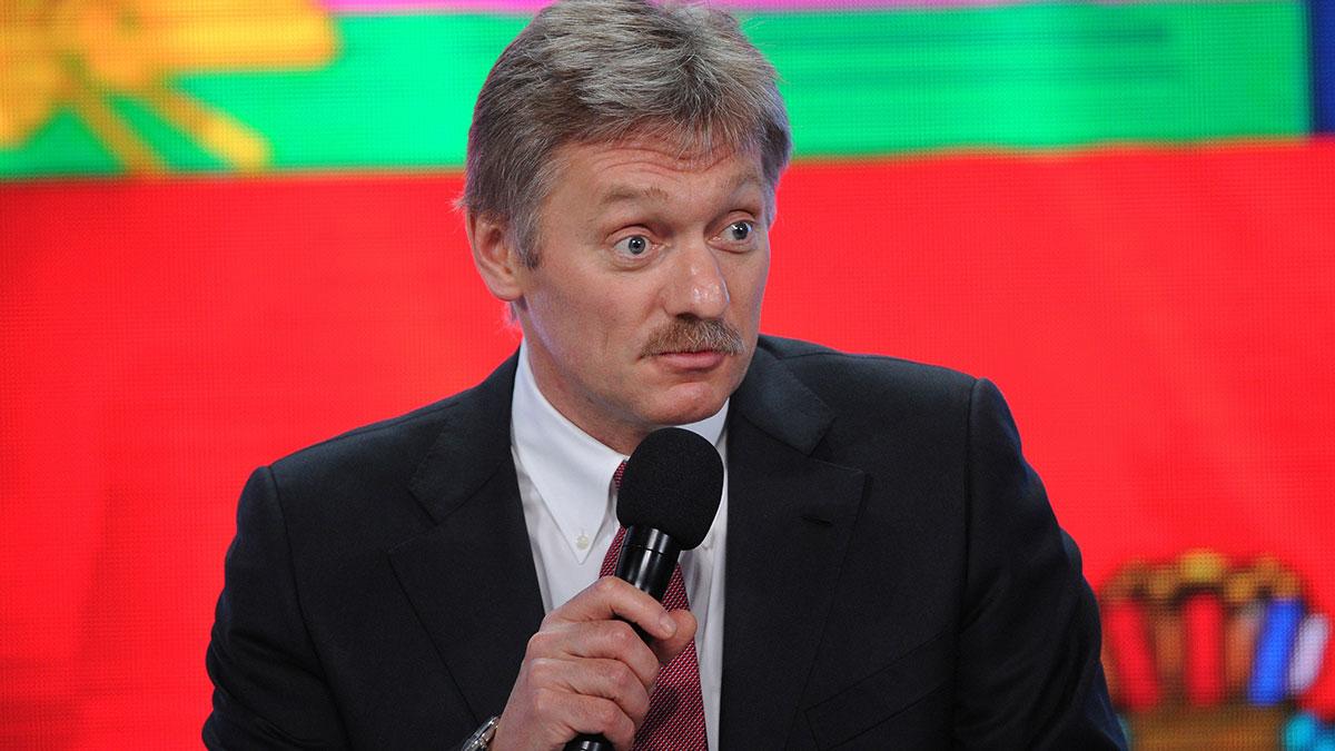 Дмитрий Песков пресс-секретарь президента Российской Федерации на красном фоне микрофон