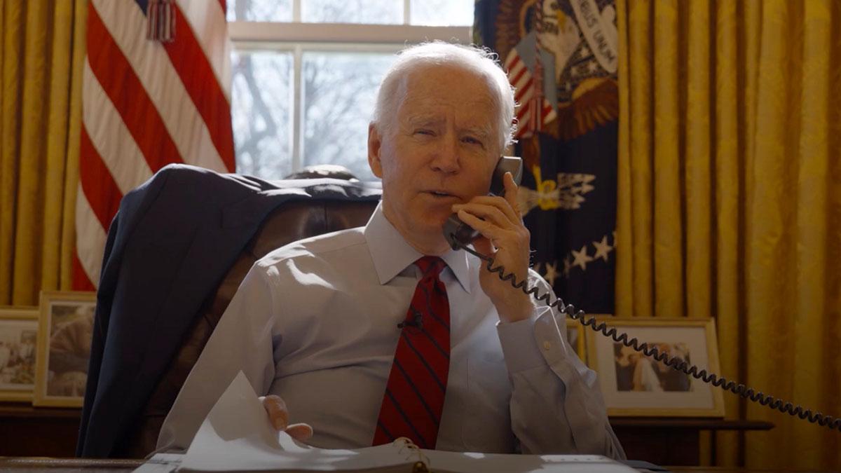 Джо Байден 46-й президент США говорит по телефону