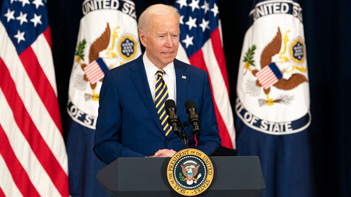 Джо Байден речь выступление трибуна флаги президент США