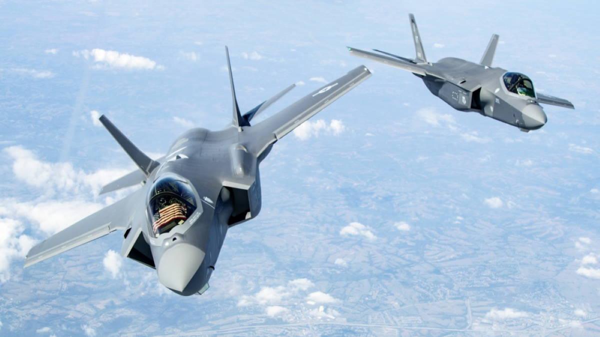 Истребители F-35 Lightning II в небе