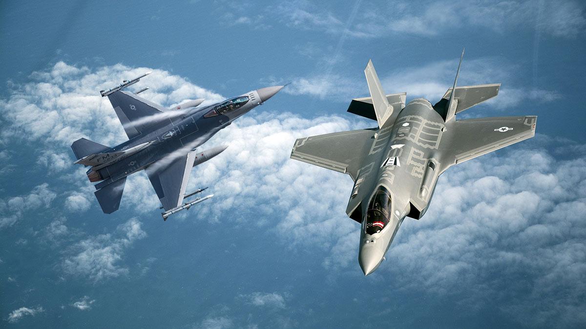 США истребители F-35 и F-16 в небе