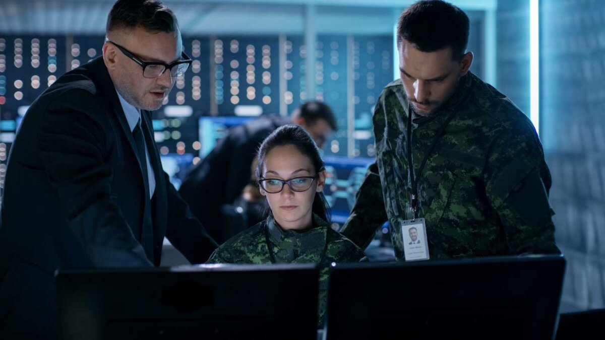 Люди в военной форме компьютеры