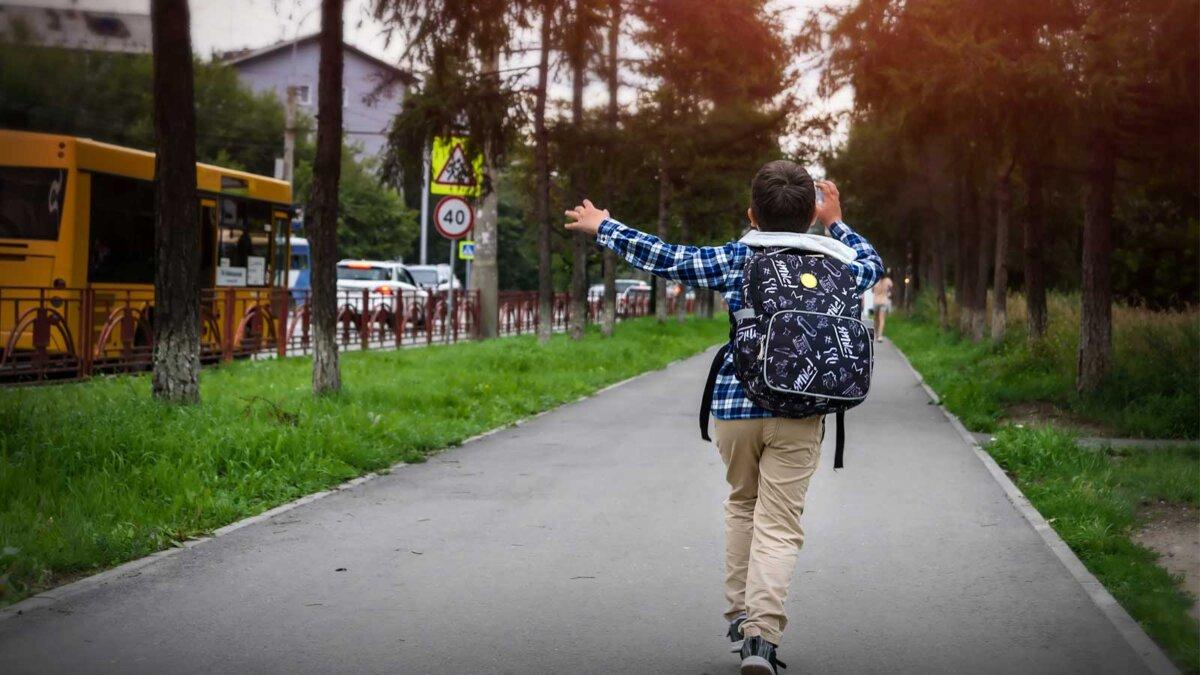 Мальчик бежит за автобусом