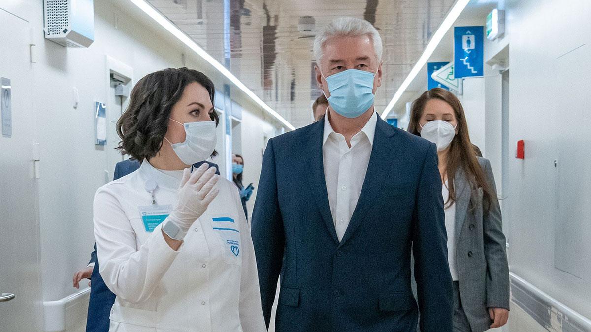 Мэр Москвы Сергей Собянин в маске поликлиника больница врачи