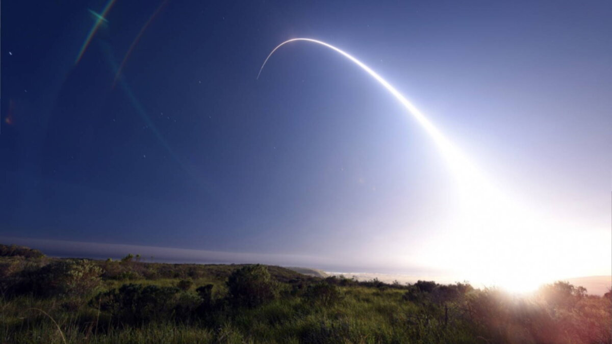Испытание американской межконтинентальной ракеты Minuteman III запуск